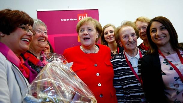 """Merkel sieht höheren Frauenanteil als """"Existenzfrage"""""""