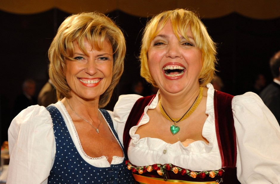 """Bundestagsabgeordnete Dagmar Wöhrl mit Grünen-Politkerin Claudia Roth: eher """"frühere Miss Germany"""" als Rechtanwältin"""