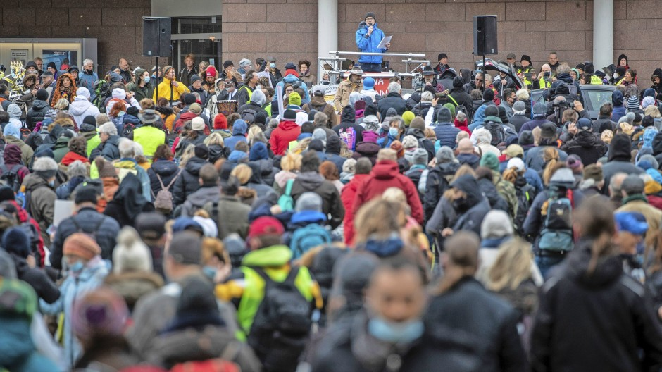 """Stuttgart im März: Unter dem Motto """"Es reicht!"""" beteiligen sich zahlreiche Menschen an einer Demonstration gegen die aktuelle Corona-Politik"""