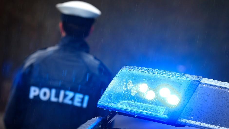 Die Polizei wertet unter anderem zahlreiche Datenträger aus. (Symbolfoto)