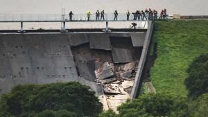 Hubschrauber soll Wasser mit 400 Tonnen Material umleiten