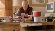 Er nimmt den Kampf gegen das vermeintliche Wundermittelt auf: Michael Keaton spielt den Landarzt Samuel Finnix.