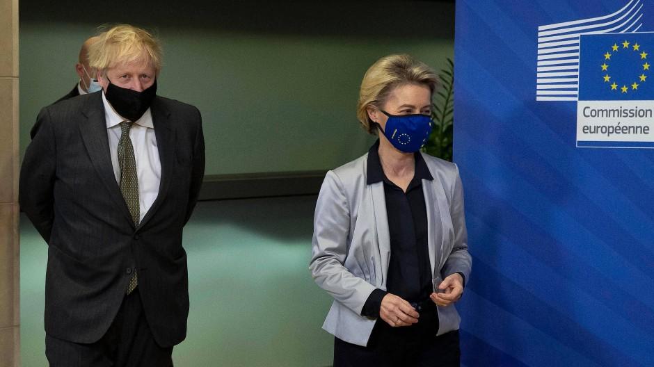 Boris Johnson (l.) und Ursula von der Leyen in Brüssel