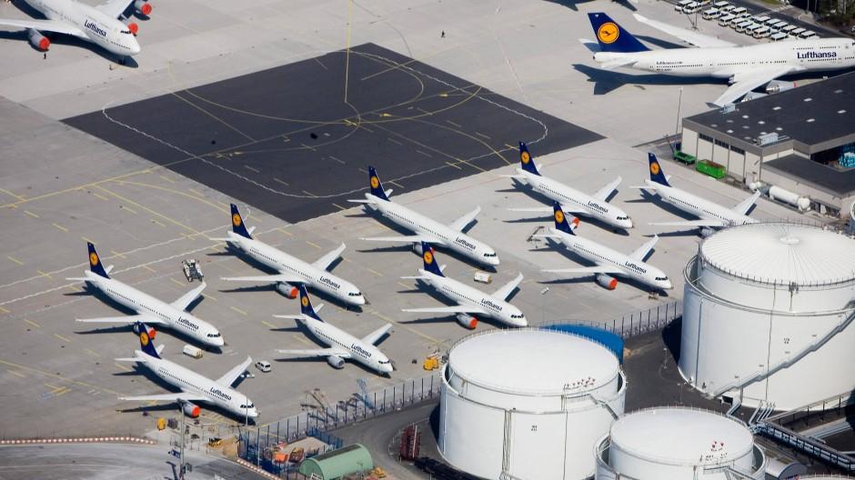 Flugzeuge der Lufthansa, die neben dem Flugbenzin-Tanklager auf dem Frankfurter Flughafen geparkt sind.