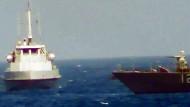 """Ein Video-Bild zeigt laut amerikanischer Marine, wie sich am 25. Juli 2017 ein Boot der iranischen Revolutionsgarden dem Patrouillenschiff """"USS Thunderbolt"""" nähert."""