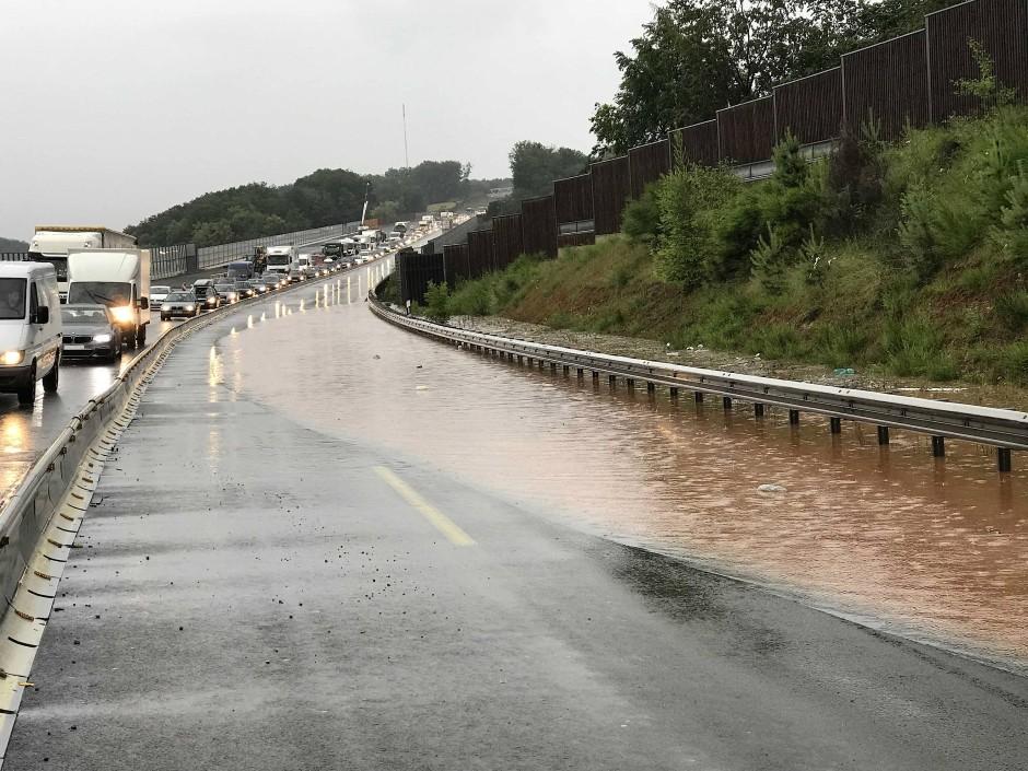 Auch Autobahnen wurden teilweise gesperrt: Beide Fahrspuren in einem Baustellenabschnitt sind überschwemmt.