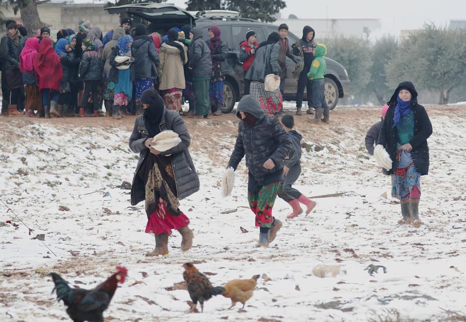 In einem improvisierten Flüchtlingslager in Azaz im Norden der Provinz Idlib wird Brot ausgegeben.
