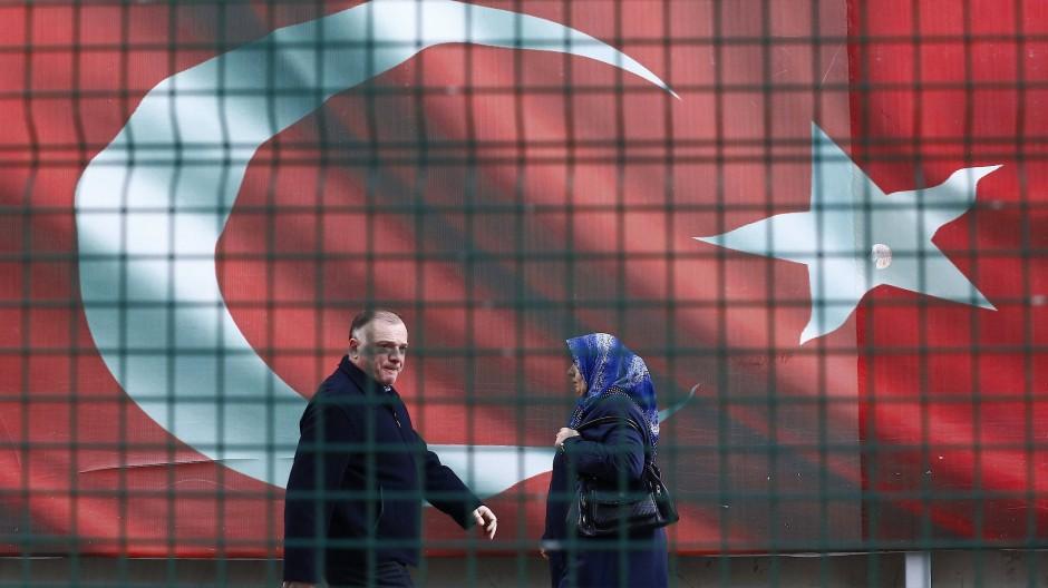 Vor der Zentrale der Tageszeitung Cumhuriyet ist eine riesige türkische Fahne angebracht. Der Chefredakteur der Zeitung wurde trotzdem verhaftet.