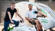 Trittsicher: Sven Bergen und Patrik Köhler mit den Lastenrädern
