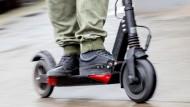 Ein Mann fährt auf einem E-Scooter durch die Straßen: Das ist bald kein ungewöhnliches Bild mehr. Noch diese Woche könnten die ersten Verleihdienste an den Start gehen.