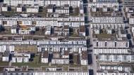 Die Prognosen für den Immobilienmarkt sind düster. Je nach Segment könnten die Folgen der Krise aber sehr unterschiedlich sein - Wohngebiet in München.