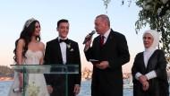 Zwei, die sich mögen: Der türkische Staatschef Erdogan durfte bei der Hochzeit des ehemaligen Nationalspielers Özil als Trauzeuge mitwirken.