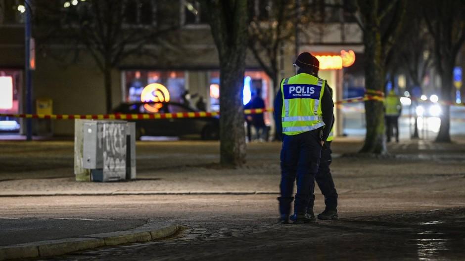 Polizisten am Tatort im schwedischen Vatlanda