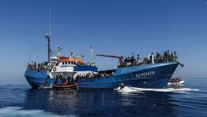 Deutsche Helfer geraten bei Flüchtlingsrettung in Seenot