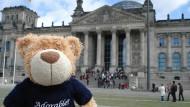 Ein Teddybär vor dem Berliner Reichstag