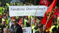 Vor der Hauptversammlung am Mittwoch protestieren Grammer-Beschäftigte gegen den Investor.