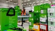 Fertig gepackte Transporttaschen mit Lebensmitteln stehen vor der Auslieferung im Depot des Lebensmittellieferdienstes Amazon Fresh.