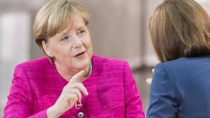 Schulz greift an, Merkel nutzt taktischen Vorteil