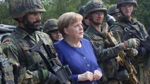 Merkel kündigt steigende Wehrausgaben an