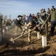 Männer schaufeln am Donnerstag in der Türkei Gräber für Kurden, die im Kampf gegen IS-Extremisten getötet wurden
