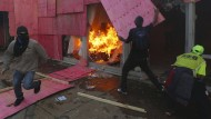 Demonstranten stecken Ministerium in Brand