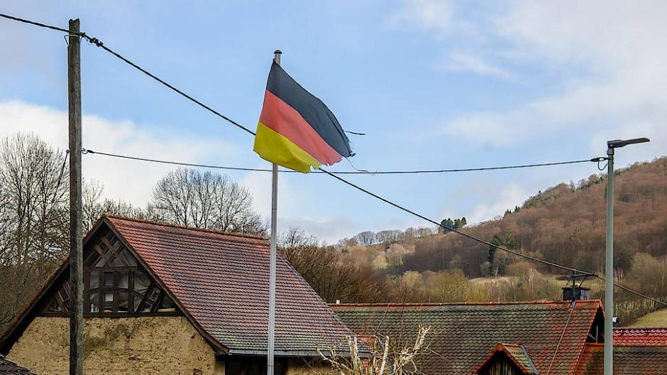 Hinter den alten Bauernhäusern beginnen die Hügel des Taunus.