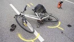 Zwei Fahrradfahrer prallen zusammen, einer stirbt