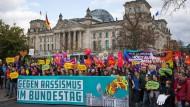 Zu der Demonstration hatten unter anderem die Bürgerbewegung Campact und der Deutsche Gewerkschaftsbund (DGB) aufgerufen.