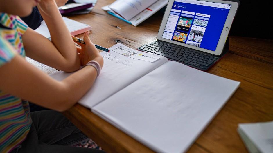 Nordrhein-Westfalen, Warendorf: Eine 7-jährige Erstklässlerin sitzt vor einem iPad. (Archivbild)