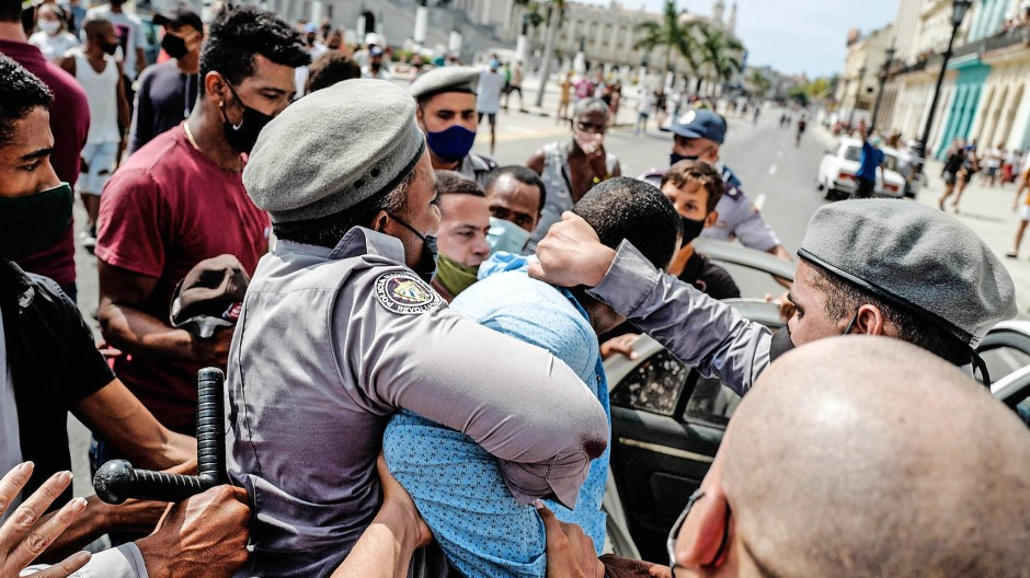 Bei der  Demonstration gegen die Regierung des kubanischen Präsidenten Miguel Diaz-Canel in Havanna wird ein Mann verhaftet.