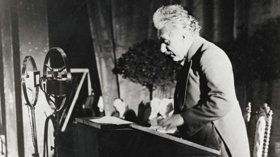 Albert Einstein hält einen Vortrag auf dem 6. Solvay-Kongress in Brüssel 1930.