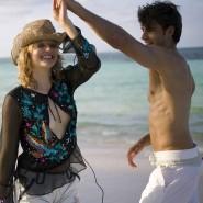 Bald wieder möglich? Zwei Paare tanzen ausgelassen am Strand.
