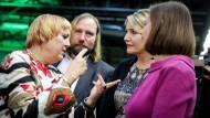 Bundestagsvizepräsidentin Claudia Roth (links) im Gespräch mit den Fraktionschefs Anton Hofreiter und Katrin Göring-Eckardt (rechts) und der Parteivorsitzenden Simone Peter