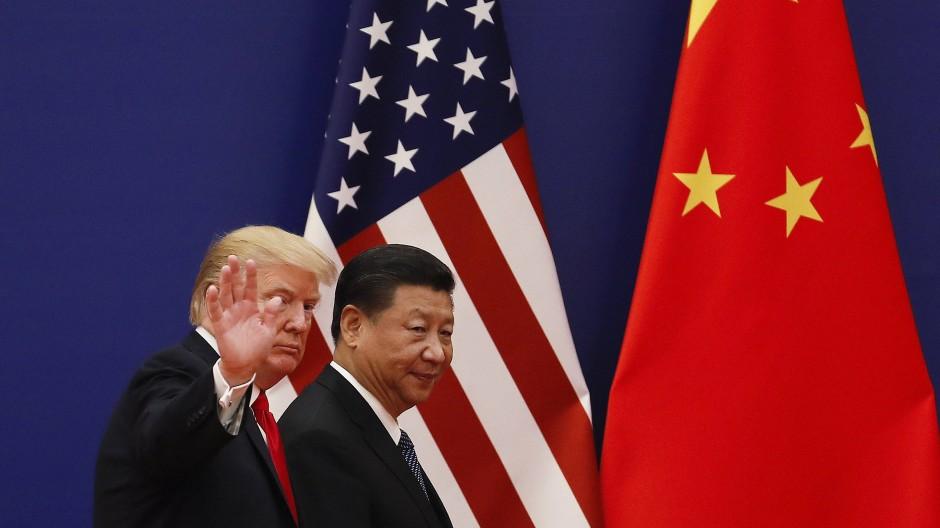Ja, sie reden miteinander: Donald Trump und Xi Jinping vor ihren Landesflaggen