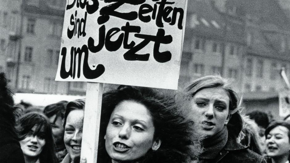 Legt die Transparente nieder! Das kann man diesen Streiterinnen für die Gerechtigkeit immer noch nicht zurufen, denn es gibt die Straflosigkeit der Abtreibung nach wie vor nicht, die sie  am 16. März 1974 in Frankfurt forderten.