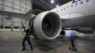 Aufgehebelt: Vollbrecht öffnet die Turbinenklappen des Airbus 320. Für die Kontrollen an der Zulu Whiskey ist er in dieser Nacht allein zuständig.