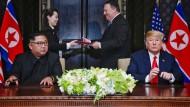 Beäugten sich anfangs noch kritisch: Kim Jong-un und Donald Trump am Dienstag in Singapur.