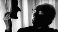 Versteckspiel und Identität: Valentin Senger mit Gesichtsmaske in einer Aufnahme aus dem Jahr 1996