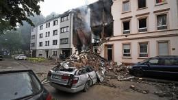 Haus stürzt nach Explosion ein
