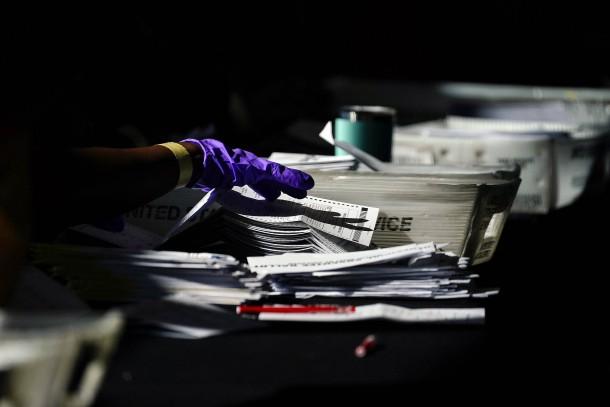 Nicht nur im Bundesstaat Pennsylvania ist das Auszählen der Stimmen mühevoll: Ein Wahlhelfer beim Sortieren von Wahlunterlagen am Mittwoch in Atlanta im Bundesstaat Georgia.