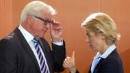 Steinmeier und von der Leyen zu Beginn der Kabinettssitzung im Bundeskanzleramt