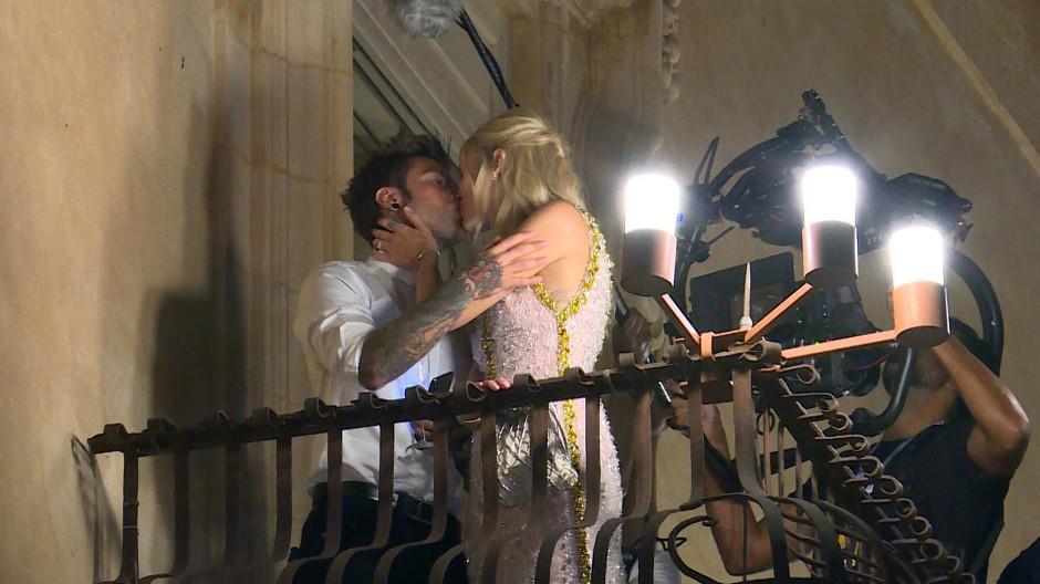 Ein Kuss auf dem Balkon für das Volk