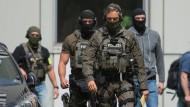 Im Einsatz: Beamte eines Spezialeinsatzkommandos der Polizei Frankfurt sichern einen Gerichtstermin des Terrorverdächtigen Haikel S.