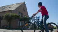 Ein unbegleiteter minderjähriger Flüchtling im Mai auf dem Kulturhof in Mölschow (Mecklenburg-Vorpommern)