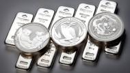 Beliebt unter Kleinanlegern: Silbermünzen und Barren aus dem hellen Edel-und Industriemetall