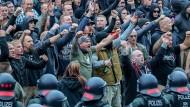 Führen böse Worte zu bösen Taten? Rechte Demonstranten im vergangenen Sommer in Chemnitz.