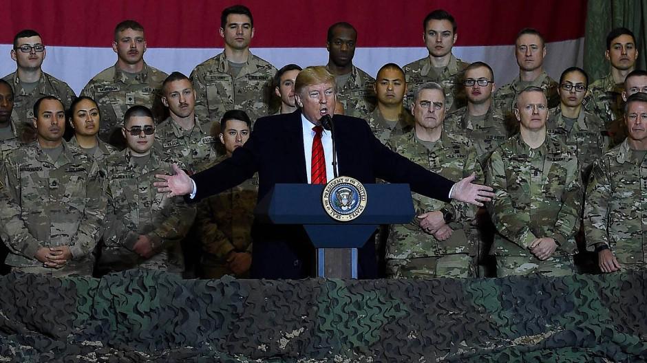Donald Trump will den endlosen Krieg in Afghanistan beenden. Hier spricht er vor Soldaten auf der Luftwaffenbasis Bagram.