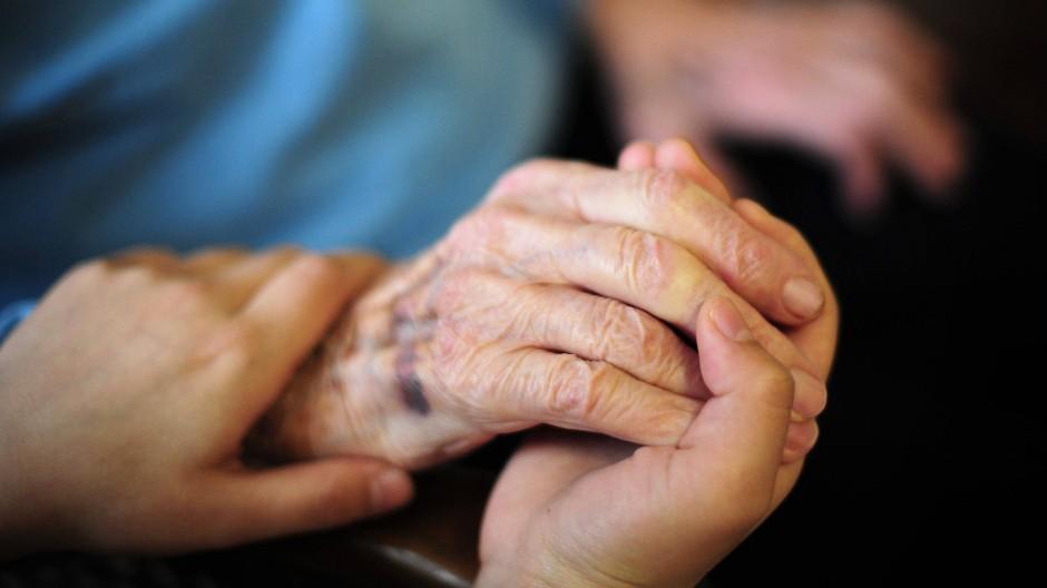 Helfende Hände: Damit Menschen würdevoll altern können, braucht es Pfleger, die sich kümmern. Doch sie erfahren nur wenig Anerkennung für ihre wichtige Arbeit.