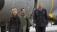 Joachim Wundrak im Jahr 2014 neben der damaligen Verteidigungsministerin Ursula von der Leyen.