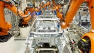 Immer im Einsatz: Kuka-Roboter im VW-Werk in Wolfsburg.